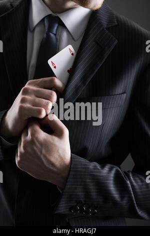 Geschäftsmann mit Ass-Karte unter der Jacke versteckt - Stockfoto