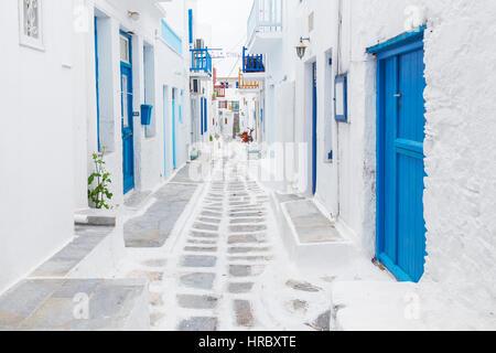 Traditionelle weiß lackiert Mykonos Streetview mit blauen Tür, Griechenland - Stockfoto