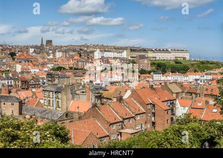 Erhöhten Blick auf alte Stadt Whitby, England, UK. Whitby ist eine Stadt und Zivilgemeinde in Scarborough Bezirk - Stockfoto