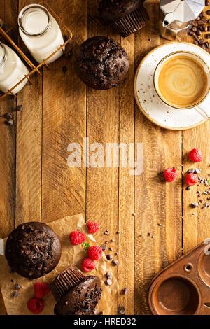 Doppel-Schokoladen-Muffins mit Himbeeren Stockfoto