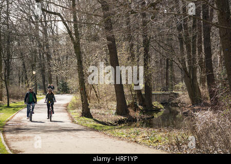 Ein junges Paar, das Radfahren in einem Park an einem kalten Tag. Tiergarten, Berlin, Deutschland - Stockfoto