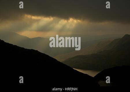 Jakobs Leitern und dramatischen Himmel erscheinen über den Snowdonia National Park, von Snowdon Blick Llyn Llydaw - Stockfoto
