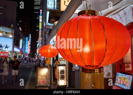 Rote Laternen in der Nacht vor einem Restaurant in belebten Shibuya, Innenstadt von Tokio, Japan - Stockfoto