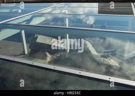 Besucher passieren abgerissen und verlassenen Pier von dem Eingangsportal, das Gestapo-Hauptquartier angezeigt im - Stockfoto