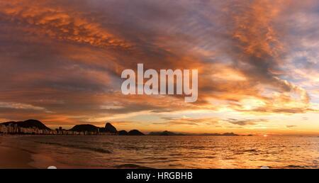 Rio De Janeiro, Brasilien, 1. März 2017. Sonnenaufgang in Copacabana Strand in Rio De Janeiro 452nd Jahrestag. Bildnachweis: - Stockfoto