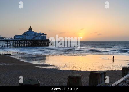 Eastbourne, Vereinigtes Königreich. 2. März 2017. UK-Wetter. Die Sonne geht hinter dem berühmten Pier in Eastbourne - Stockfoto