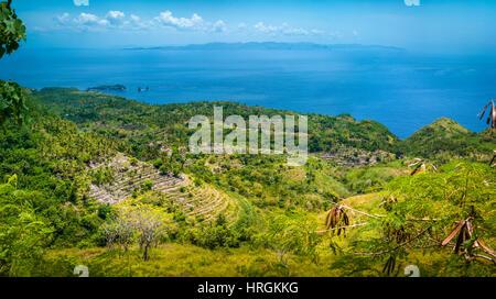 Terrasse in der Nähe von Abangan Hügel auf dem Weg zum Suwehan Strand, Nusa Penida Insel, Bali, Indonesien - Stockfoto