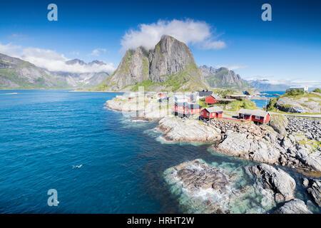 Draufsicht auf das Fischerdorf umrahmt von blauen Meer und hohen Gipfeln Hamnoy, Moskenesoya, Nordland Grafschaft, - Stockfoto