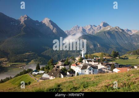 Grüne Wiesen Rahmen der alpinen Dorf Ftan, Inn Bezirk, Kanton Graubünden, Engadin, Schweiz - Stockfoto