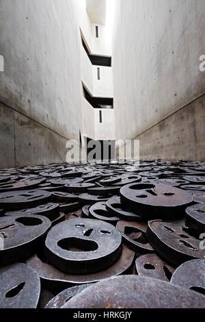 """Speicher mit Void arbeiten """"Fallen Leaves"""" des Künstlers Menashe Kaddishman im jüdischen Museum in Berlin, Deutschland - Stockfoto"""