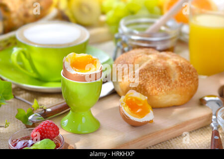Gesundes kontinentales fr hst cksbuffet kaffee orangensaft obstsalat croissant stockfoto bild - L ei weich kochen ...