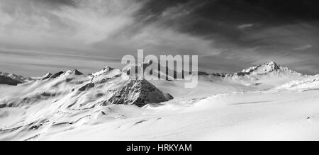 schwarz wei panorama der schneebedeckten berge im freiland stockfoto bild 137447807 alamy. Black Bedroom Furniture Sets. Home Design Ideas
