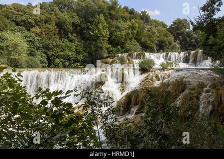 Wasserfälle und Kaskaden an der Krka Nationalpark in Kroatien, an einem sonnigen Tag. - Stockfoto