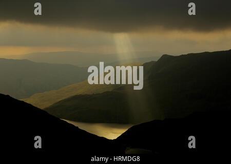 Jacobs-Leitern und dramatischer Himmel Formationen erscheinen über Snowdonia National Park, von Snowdon über Llyn - Stockfoto