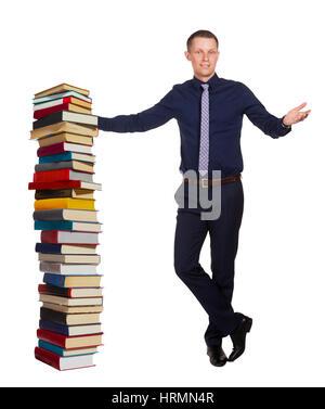 Junge Studentin erzählt über Bildungsprozess und steht im Freien neben Stapel Bücher, isoliert auf weißem Hintergrund - Stockfoto