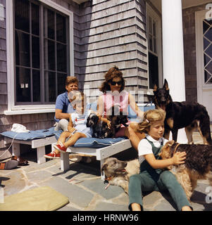 Presidential Haustiere, Kennedy-Familie mit Hunden, 1963 - Stockfoto