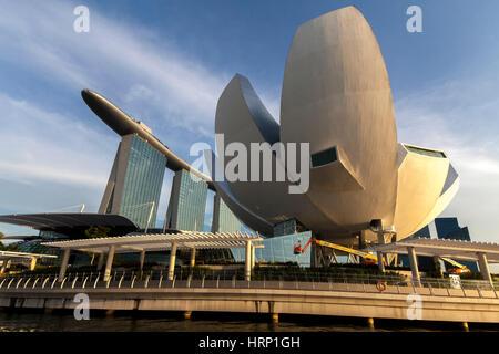 Marina Bay Sands Hotel, ArtScience Museum, blauer Himmel, Wolken Schleier, Singapur, Asien, SingaporeMarina Bay - Stockfoto