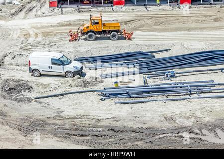 Über Ansicht auf dem pickup Auto sind kleine LKW und Rohrleitungen auf einer Baustelle in platziert werden. - Stockfoto