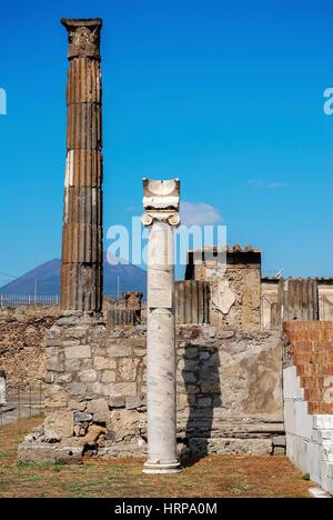 Antike Sonnenuhr platziert auf der Spalte in den Tempel des Apollo in Pompeji, Pompeji war eine alte römische Stadt - Stockfoto