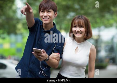 Glückliches junges Paar anhören von Musik - Stockfoto