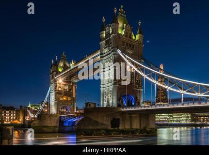 Die Leuchten, in der Dämmerung auf Tower Bridge in einer ruhigen aber kalten Nacht in der Capital City of London.