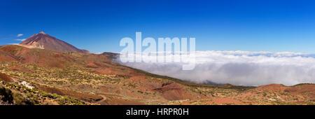 Der Gipfel des Mount Teide auf Teneriffa, Kanarische Inseln, Spanien über den Wolken. - Stockfoto
