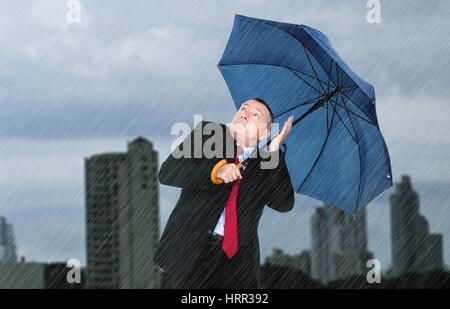 Porträt von depressiven Geschäftsmann unter dem Regen - Stockfoto