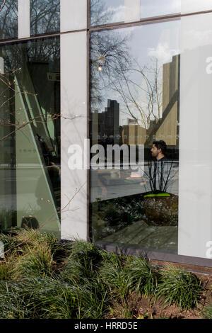 Neue Architektur und ein männlicher Kunde im Restaurant, am 2. März 2017, im Londoner Stadtteil Southwark, England. - Stockfoto