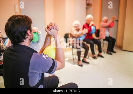 Aktivitäten in eine Tagesstätte für Menschen mit Alzheimer-Krankheit, le Verger des Balans, Dordogne, Frankreich. - Stockfoto