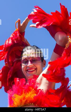 9. Februar 2016 - Rio De Janeiro, Brasilien - kaukasischen Frau in bunten Vogel Kostüm lächelnd während Karneval - Stockfoto