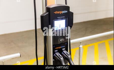 ChargePoint-Elektro-Auto Ladestationen in ein Parkplatz zur Verfügung. - Stockfoto