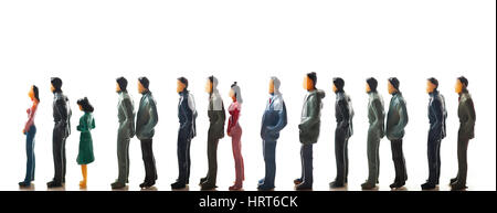 Miniatur-Figuren von Menschen in einer Warteschlange vor weißem Hintergrund - Stockfoto