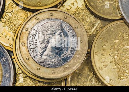 Eine 1 Euro Münze Aus Lettland Auf Euro Banknoten Stockfoto Bild