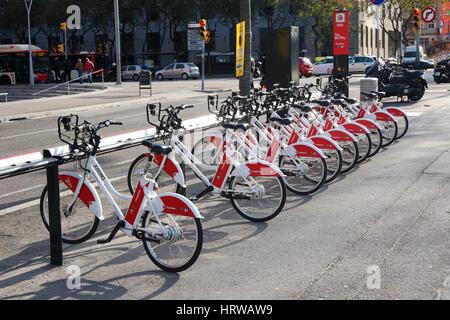Barcelona, Spanien - 29. Februar 2016: Bicing Fahrrad-sharing-Station in der Nähe von Placa d'Espagna. - Stockfoto