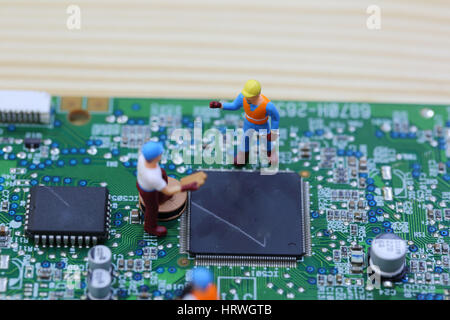 Selektiven Fokus Miniatur-Techniker und Arbeiter fest Chip Computer Mainboard und Verwendung für betriebswirtschaftlichen - Stockfoto