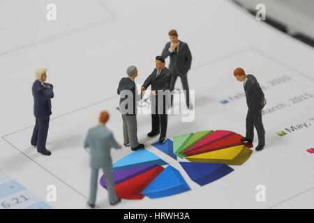 Draufsicht selektiven Fokus Miniatur Business Mann Handshake auf bunten Kreis Diagrammhintergrund als Engagement - Stockfoto