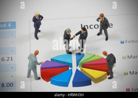 Draufsicht selektiven Fokus Miniatur Geschäftsmann Handshake auf Kreis Diagrammhintergrund als Engagement und Investitionen - Stockfoto