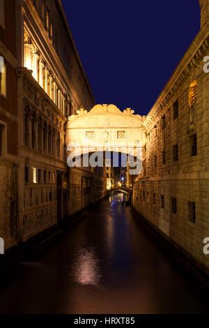 Venedig, Italien: iconic Seufzerbrücke in der Dämmerung - Stockfoto