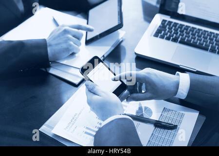 Business-Teams arbeiten im Büro, Nahaufnahme von Händen mit smartphone - Stockfoto
