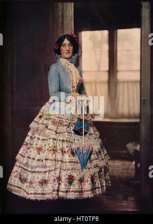 """""""Einen gestickten Mantel, mit einem schönen Seide Gaze-Rock. In der Mode zwischen 1850 und 1860', c1913. Künstler: - Stockfoto"""
