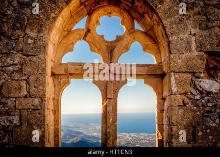 St. Hilarion Burg, Blick auf die Königin Fenster (Königin Elanor) in der oberen Station. Bezirk Kyrenia, Zypern - Stockfoto
