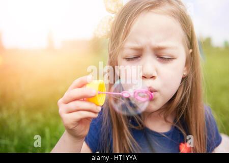 Kleines Mädchen mit großen Seifenblase