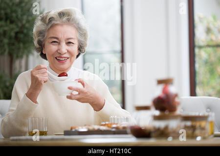 Beautiful senior Woman frühstücken - Stockfoto