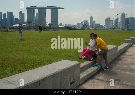 24.09.2016, Singapur, Republik Singapur - Besucher auf der Marina Barrage-Dachgarten mit der Marina Bay Sands Hotel - Stockfoto