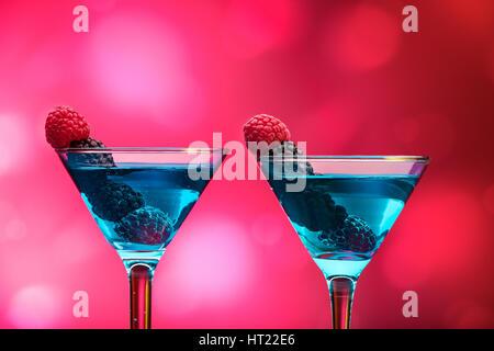 Bunte Cocktails mit Beeren garniert - Stockfoto
