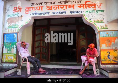 Mathura, Uttar Pradesh, Indien. 7. März 2017.  Indisch-hinduistischen Anhänger sitzen vor einem Tempel während des - Stockfoto