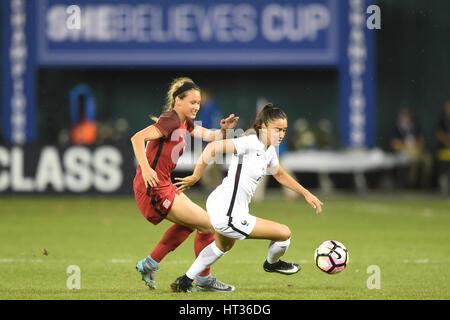 Washington DC, USA. 7. März 2017. Frankreichs Sakina Karchaoui (23) kämpft USAs Lynn Williams (12) während des Spiels - Stockfoto