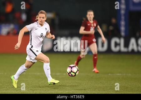 Washington DC, USA. 7. März 2017. Frankreichs Eugenie Le Sommer (9) Handspiel im Mittelfeld während des Spiels zwischen - Stockfoto