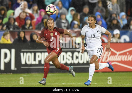 Washington DC, USA. 7. März 2017. USAS Casey Short (7) Schlachten Frankreichs Amel Majri (22) während des Spiels - Stockfoto