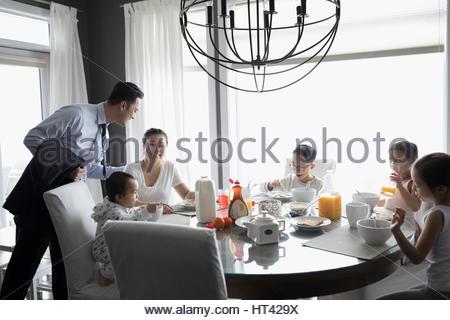 Geschäftsmann Vater Abschied von Familie am Frühstückstisch - Stockfoto